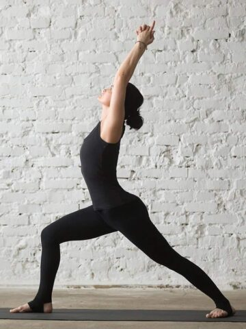 woman doing crescent lunge